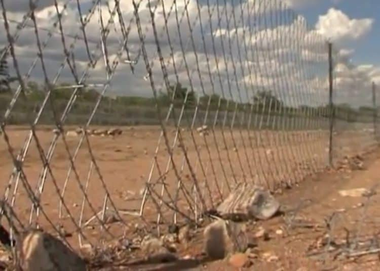 Massive border fence between South Africa and Zimbabwe